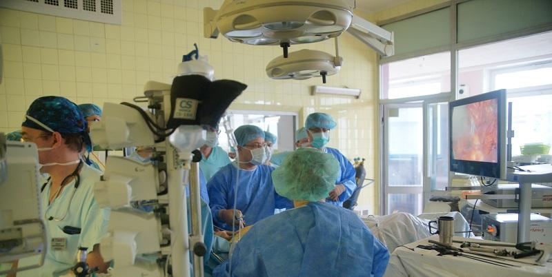 Хирурги в операционной проводят мастер-класс по торакоскопической радиочастотной фрагментации левого предсердия