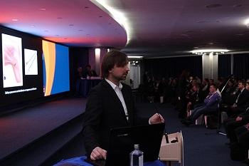 Виктор Муханов выступает с докладом Артроскопическая пластика передней крестообразной связки по методике All-inside